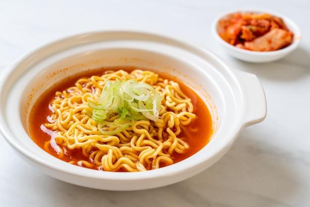 Nouilles instantanées coréennes épicées au kimchi Photo Premium
