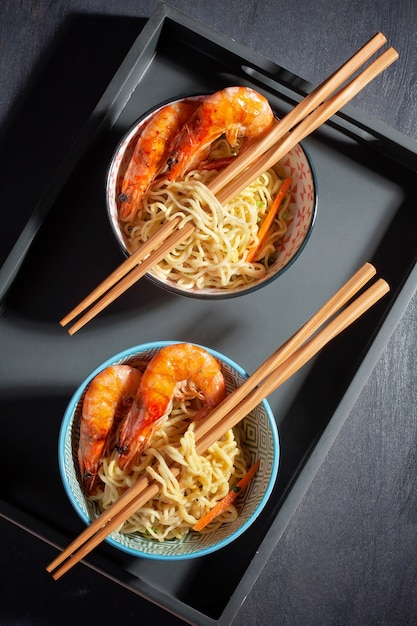 Nouilles instantanées fraîchement cuites. cuisine asiatique Photo Premium