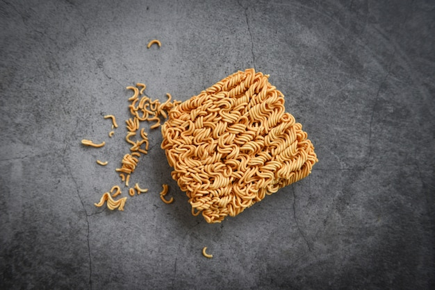 Nouilles instantanées malbouffe ou fast food diète malsaine Photo Premium