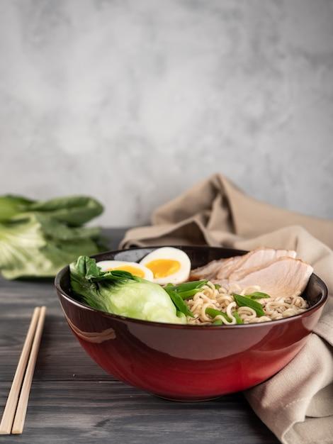 Nouilles Instantanées Avec Tranches De Porc Et Bok Choy. Photo Premium