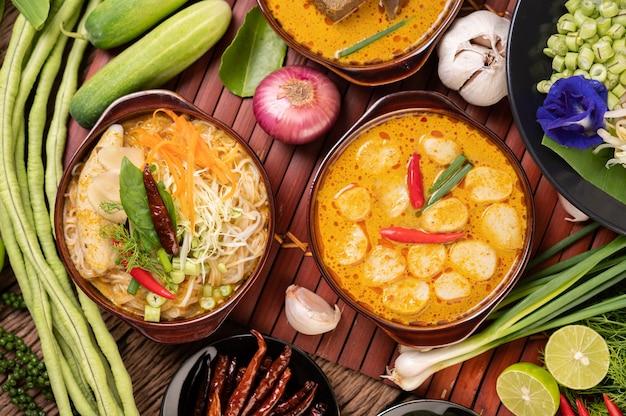 Nouilles De Riz, Curry Rouge Aux Boulettes De Viande, Aux Piments Séchés, Basilic, Concombre Et Haricots Longs Photo gratuit