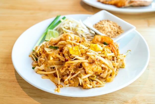 Nouilles De Riz Frites Thaïlandaises Aux Crevettes Et Aux Crevettes Photo Premium