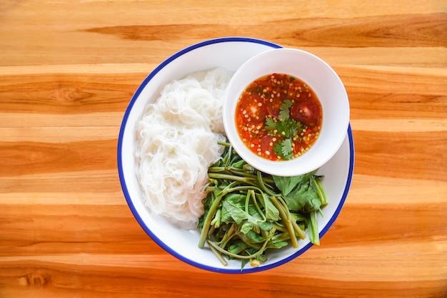 Nouilles de riz thaï avec sauce chili épicée sur une plaque de riz vermicelle Photo Premium