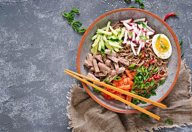 Nouilles De Sarrasin Au Boeuf, œufs Et Légumes. Nourriture Coréenne. Soupe De Pâtes Au Sarrasin. Vue De Dessus. Mise à Plat Photo Premium