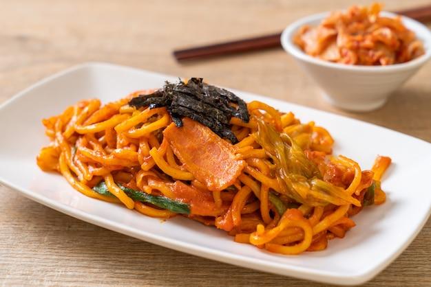 Nouilles Sautées Avec Sauce épicée Coréenne Et Légumes Photo Premium