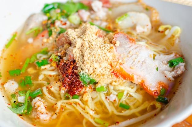 Nouilles thaïlandaises épicées aux herbes, nouilles tomyam, cuisine thaïlandaise, thaïlande Photo Premium