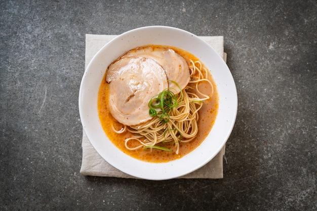 Nouilles tonkotsu ramen au porc chaashu Photo Premium