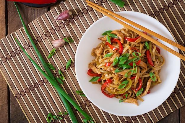 Nouilles Udon Au Poulet Et Poivrons. Cuisine Japonaise Photo gratuit