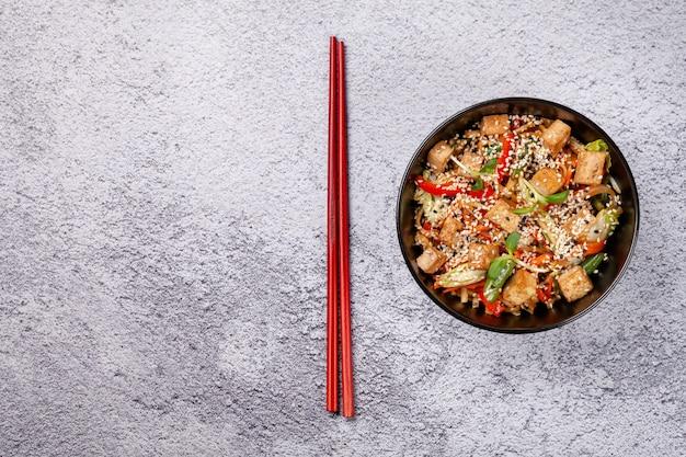 Nouilles végétariennes japonaises au tofu. Photo Premium