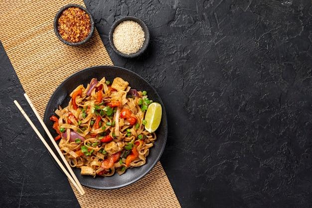Nouilles vue de dessus avec des légumes et du poulet avec espace de copie Photo gratuit