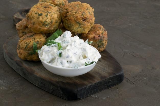 Nourriture arabe, falafel. boulettes de pois chiches frits. Photo Premium