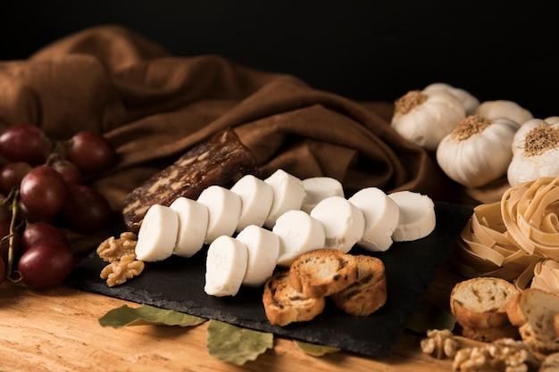 Nourriture délicieuse sur pierre d'ardoise noire Photo gratuit