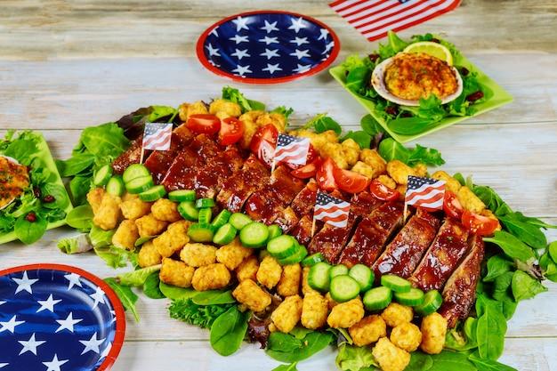Nourriture Délicieuse Sur La Table De Fête Avec Des Plaques De Modèle Américain. Photo Premium
