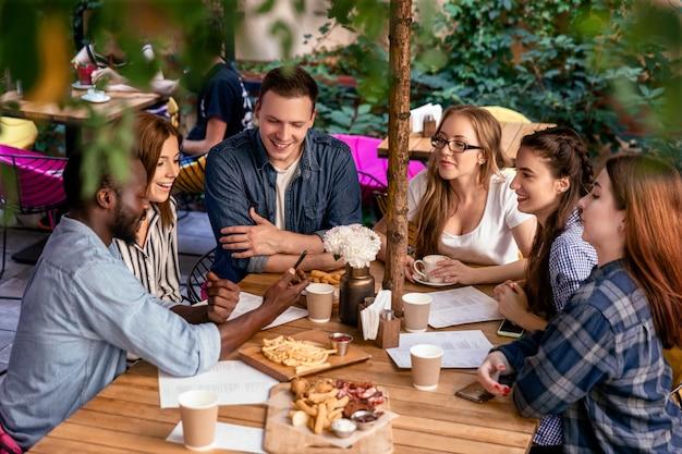 Nourriture Délicieuse Sur La Table D'une Réunion Amicale Des Meilleurs Amis Dans Le Restaurant Confortable En Plein Air Photo gratuit