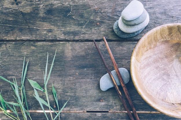 Nourriture de désintoxication avec bol en bois vide et baguettes en bois Photo Premium