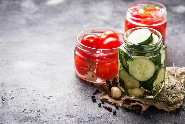 Nourriture fermentée. conserves de légumes en pots Photo Premium
