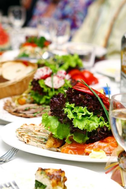 Nourriture Fraîche Et Savoureuse Sur Table Photo gratuit