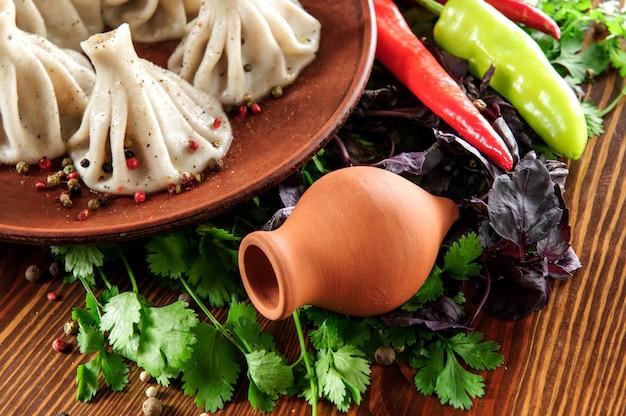 Nourriture Géorgienne Faite Maison Appelée Khinkali Sur Plaque Brune, Photo Premium