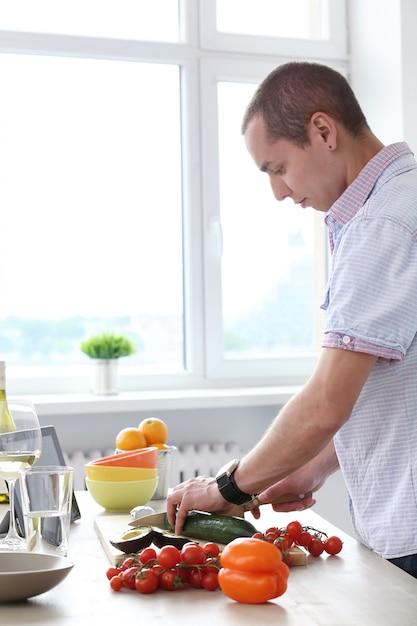 Nourriture. homme magnifique en cuisine Photo gratuit