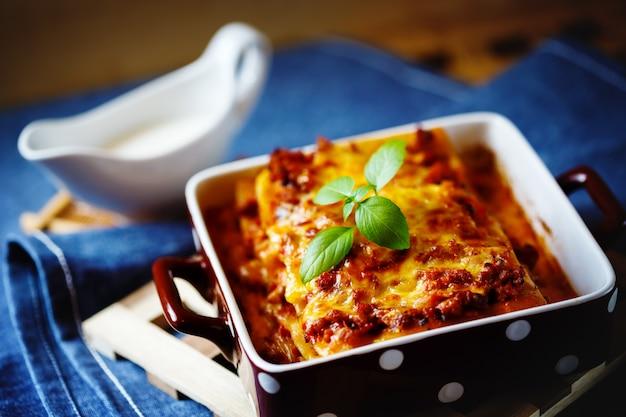 Nourriture italienne. assiette de lasagne. Photo Premium