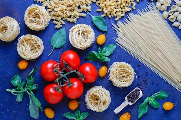 Nourriture Italienne . Cuisine Italienne. Ingrédients: Tomates, Tomates Cerises Jaunes, Basilic Frais, Grains De Poivre Noir, Diverses Pâtes. Photo gratuit