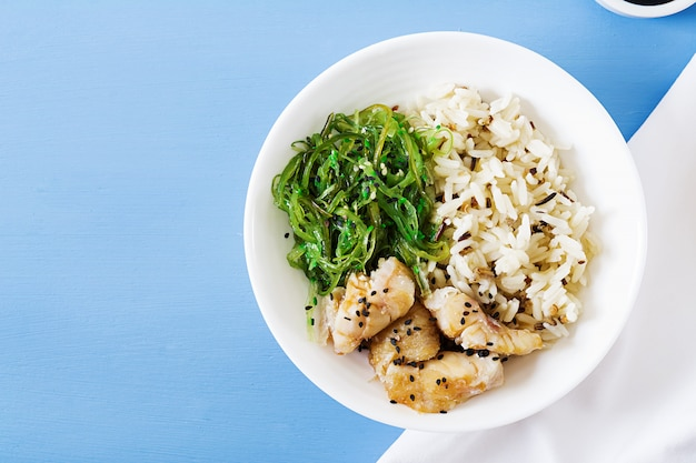 Nourriture Japonaise. Bol De Riz, Poisson Blanc Bouilli Et Salade De Wakame Chuka Ou D'algues. Vue De Dessus. Mise à Plat Photo gratuit