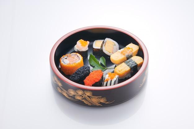 Nourriture japonaise. sushi aux fruits de mer sur fond blanc Photo Premium