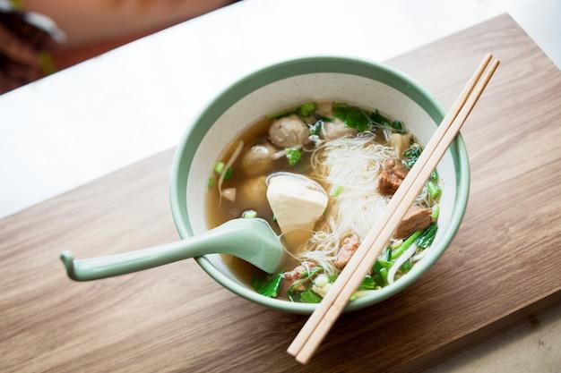 Nourriture de nouilles et de soupe avec boulette de viande et porc boild la nourriture japonaise au restaurant thaïlandais Photo Premium