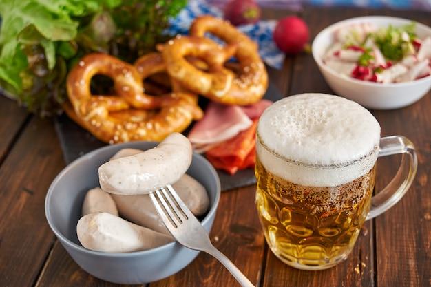 Nourriture oktoberfest sur une table en bois Photo Premium