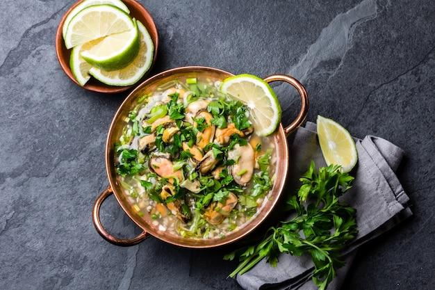 Nourriture péruvienne. ceviche de moules. soupe froide aux fruits de mer, citron et oignon Photo Premium