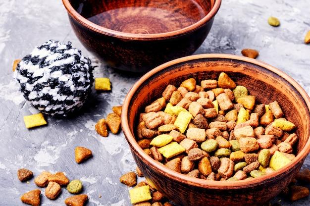 Nourriture pour animaux domestiques dans un bol Photo Premium