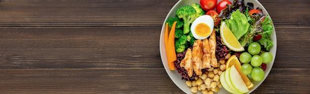 Nourriture propre avec salade de fruits et de légumes sur fond de bannière en bois Photo Premium