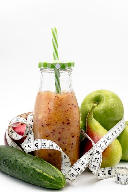 La nourriture saine; jus avec ruban à mesurer Photo gratuit