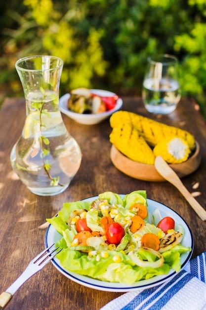 Nourriture saine servie al fresco Photo gratuit