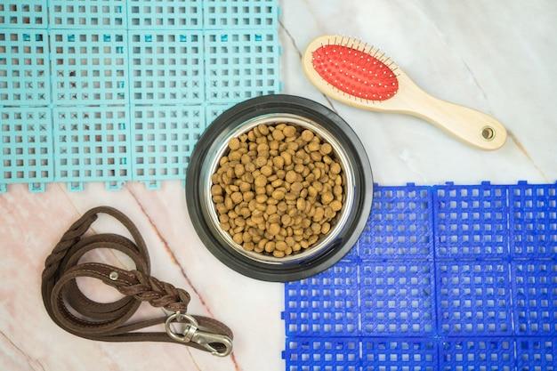Nourriture sèche pour animaux de compagnie et concept de fournitures pour animaux de compagnie Photo Premium