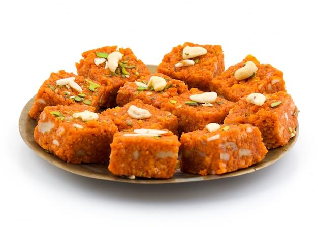 Nourriture sucrée indienne akhrot halwa Photo Premium
