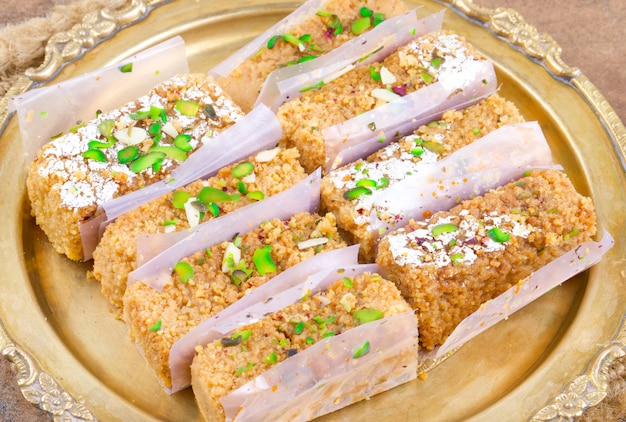 Nourriture sucrée indienne gulab halwa Photo Premium