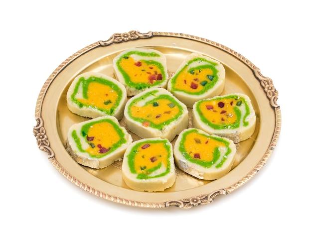 Nourriture sucrée indienne mawa peda sur fond blanc Photo Premium