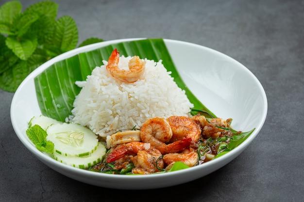 Nourriture Thaï; Crevettes Et Calamars Frits Cuits Avec Des Haricots Longs Et Du Riz. Photo gratuit
