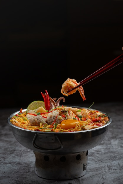 Nourriture Thaï. Nouilles épicées Bouillir Aux Fruits De Mer Et Porc Dans Une Marmite Photo gratuit