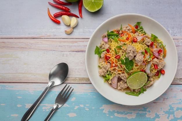 Nourriture Thaï. Salade épicée De Nouilles Au Porc Haché Photo gratuit