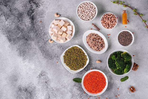 Nourriture végétalienne saine sur un fond de béton Photo Premium
