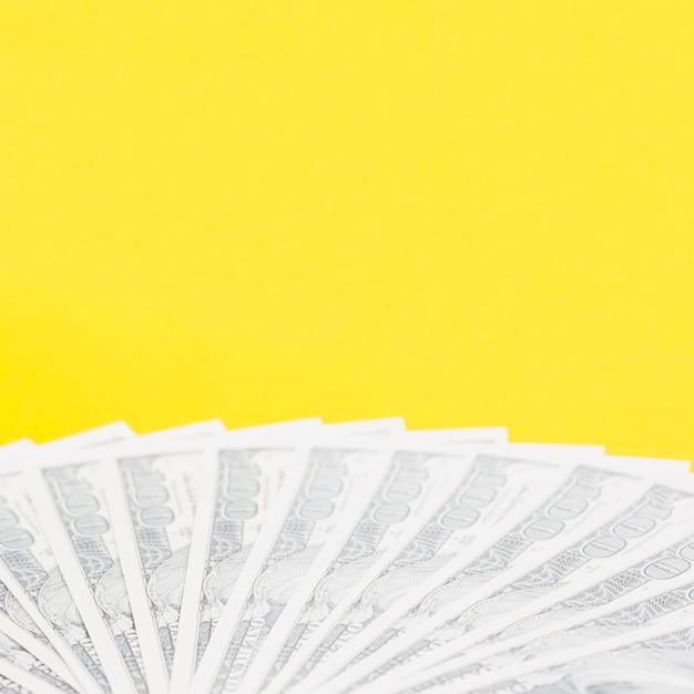 Nous, cent dollars, billets, sur, fond jaune Photo gratuit