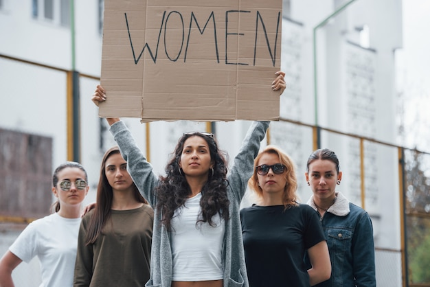 Nous Serons Entendus. Un Groupe De Femmes Féministes Protestent Pour Leurs Droits En Plein Air Photo gratuit