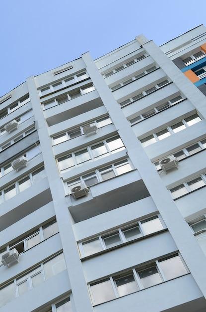 Nouveau bâtiment résidentiel de plusieurs étages et ciel bleu Photo Premium