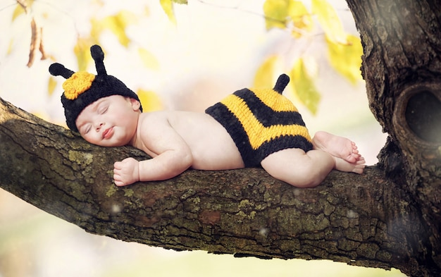 Nouveau bébé né habillé comme une abeille. Photo Premium