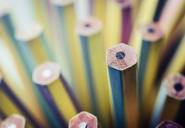 Un nouveau crayon se démarquant de ceux émoussés. Photo Premium