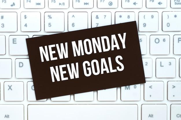 Nouveau Lundi Nouveaux Objectifs, Carte Papier De Motivation Sur Clavier D'ordinateur Photo Premium