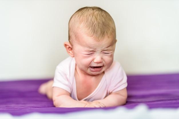 Nouveau-né en colère et pleurant sans réconfort. Photo Premium
