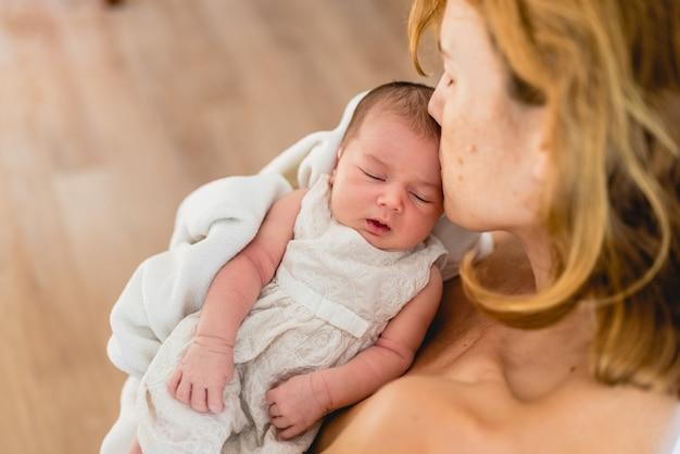 Nouveau-né Dans Les Bras Regarde Sa Mère. Photo Premium